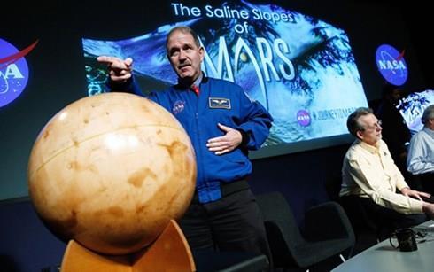 NASA công bố bằng chứng có nước trên Sao Hỏa
