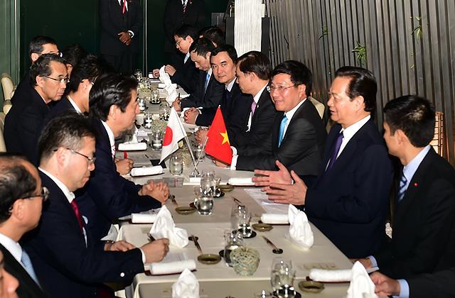 Thủ tướng Nguyễn Tấn Dũng gặp Thủ tướng Nhật Bản