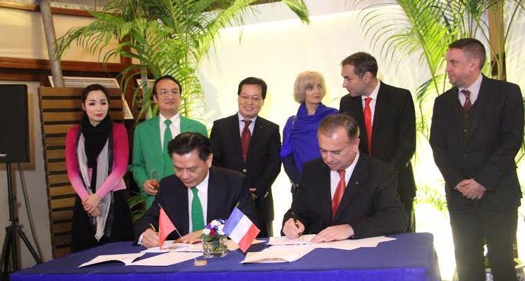 Việt Nam và Pháp ký kết biên bản ghi nhớ về taxi chạy điện giảm thiểu ô nhiễm môi trường