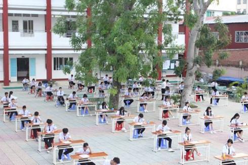 Nhà trường nói gì về việc cho học sinh thi học kỳ ở ngoài sân?