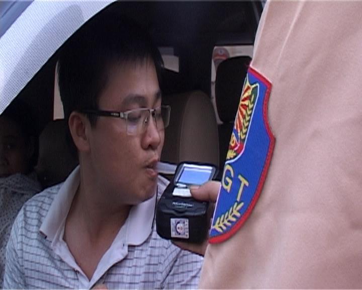 Ra quân kiểm tra nồng độ cồn đối với nguời tham gia giao thông