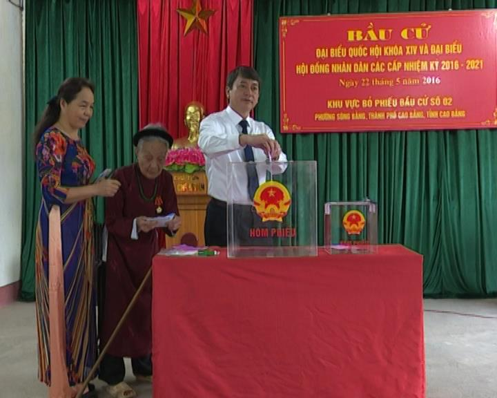 Chủ tịch UBND tỉnh  Hoàng Xuân Ánh tham gia bầu cử tại khu vực bỏ phiếu số 2, phường Sông Bằng