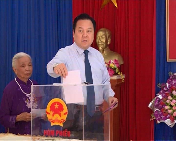 Đồng chí Nguyễn Hoàng Anh, Ủy viên Ban Chấp hành Trung ương Đảng, Bí thư Tỉnh ủy, Chủ tịch HĐND tỉnh bỏ phiếu tại Khu vực bỏ phiếu số 2 phường Hợp Giang, Thành phố Cao Bằng