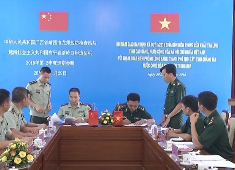 Đồn Biên phòng Cửa khẩu Trà Lĩnh (Việt Nam) - Trạm Kiểm soát Biên phòng Long Bang (Trung Quốc): Giao ban định kỳ quý II/2016