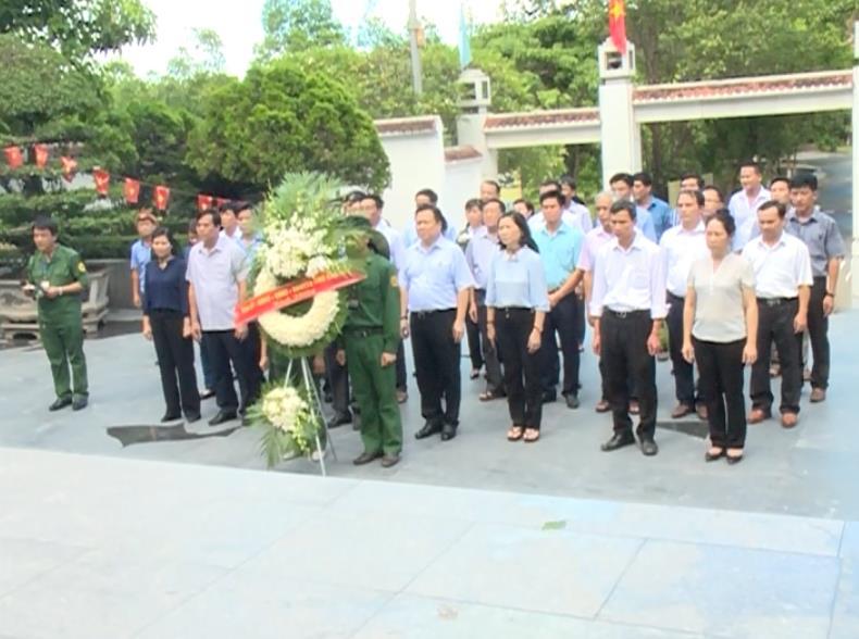 Đoàn công tác của tỉnh dâng hương tại Ngã ba Đồng Lộc