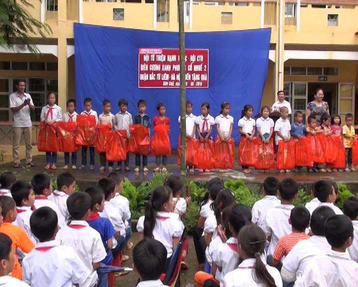 Hòa An: Tặng hơn 500 suất quà cho các em học sinh vào năm học mới