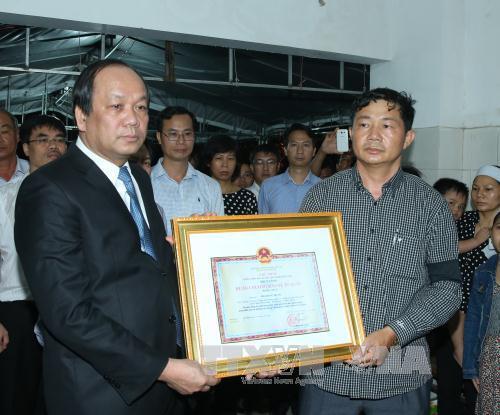 Trao Huân chương Bảo vệ Tổ quốc hạng Nhất do Chủ tịch nước truy tặng Thiếu úy phi công Phạm Đức Trung