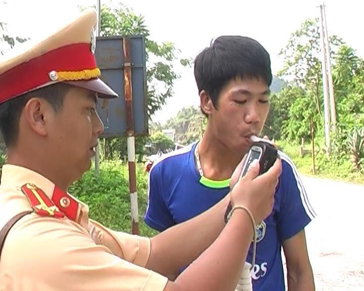 Lực lượng CSGTTT Công an huyện Trà Lĩnh: Tăng cường kiềm chế tai nạn có liên quan đến rượu bia