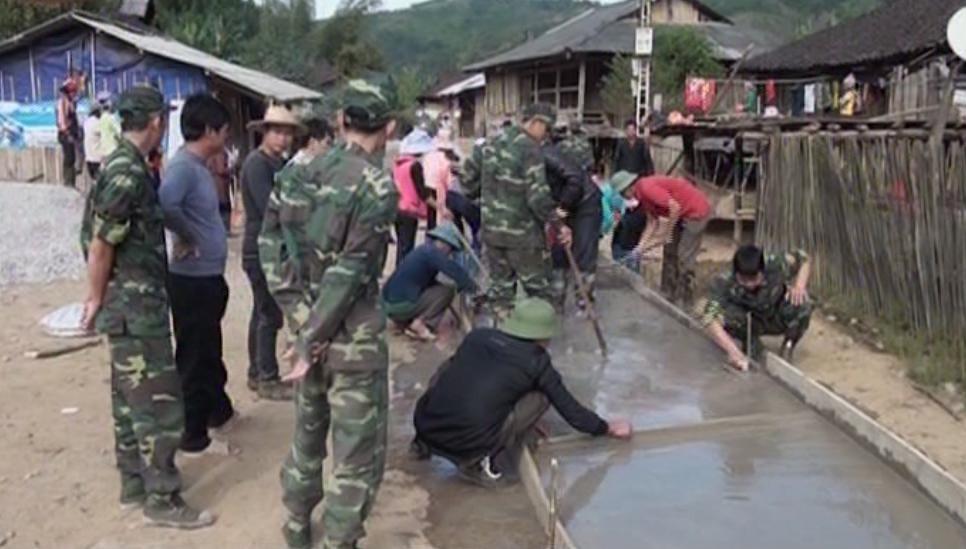 Cán bộ chiến sỹ Đồn Biên phòng Cốc Pàng, huyện Bảo Lâm giúp dân làm 300m đường giao thông nông thôn