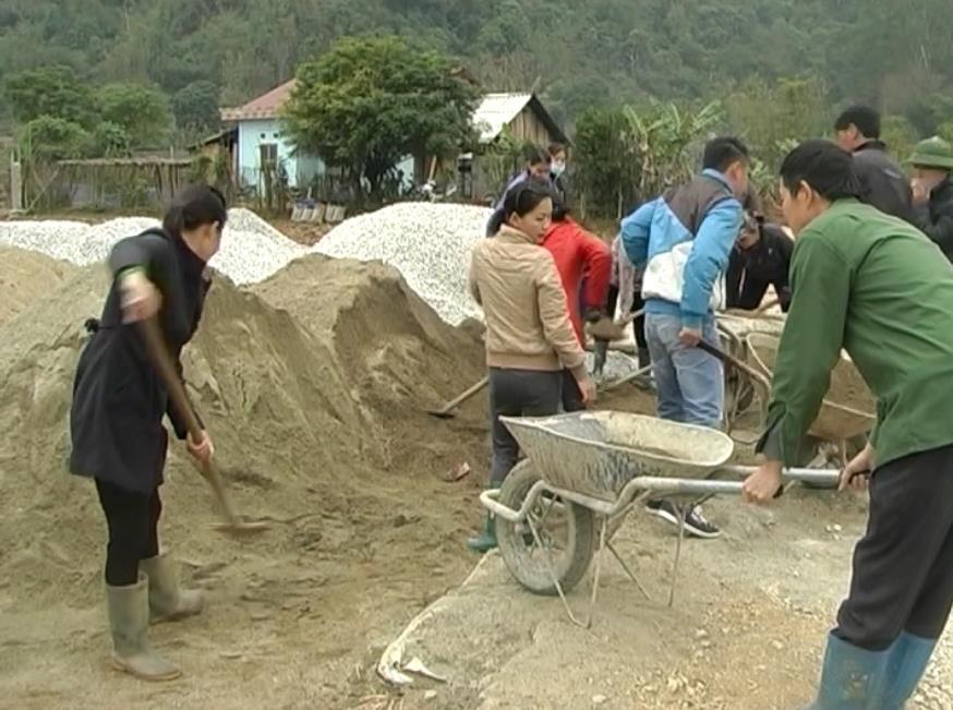 Thạch An: Xã Đức Xuân giúp dân làm đường nội đồng