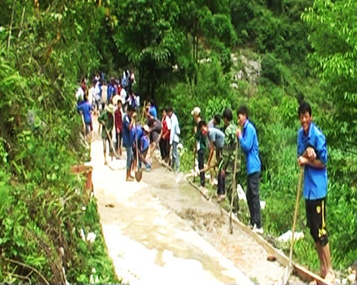 Thanh niên Trà Lĩnh giúp nhân dân làm đường GTNT