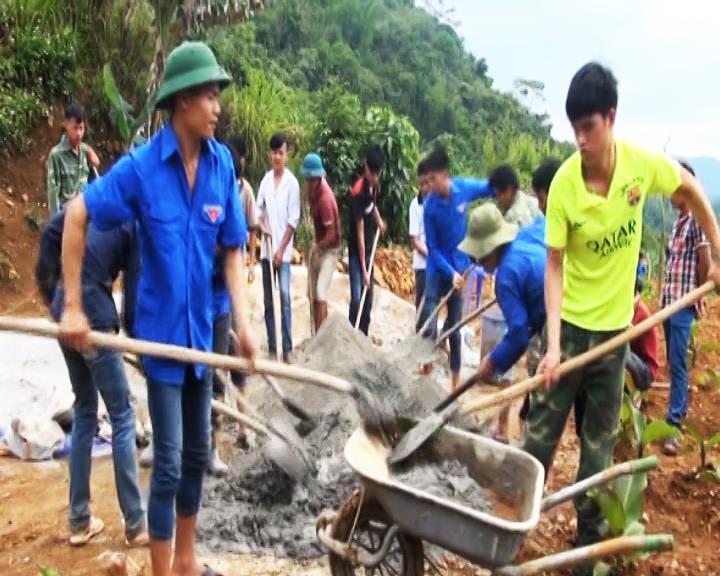 Hòa An: Đoàn viên thanh niên xã Ngũ Lão hỗ trợ dân di chuyển chuồng trại ra khỏi gầm sàn nhà