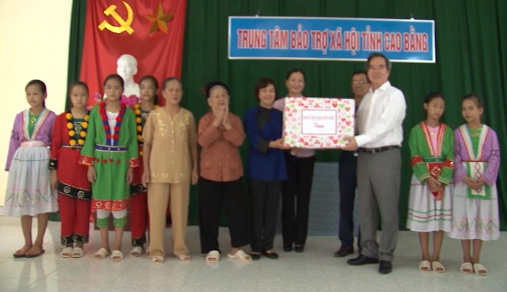 Trưởng Ban Kinh tế Trung ương Nguyễn Văn Bình thăm, tặng quà Mẹ Việt Nam anh hùng và Trung tâm Bảo trợ xã hội tỉnh