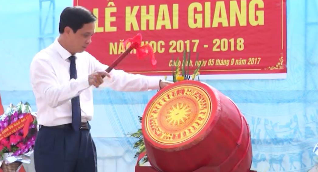 Phó Bí thư Tỉnh ủy, Chủ tịch HĐND tỉnh Đàm Văn Eng dự Lễ khai giảng tại Trường THPT Cách Linh (Phục Hòa)