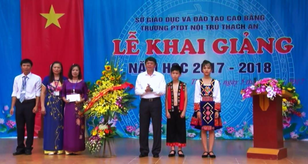 Phó Bí thư Tỉnh ủy, Chủ tịch UBND tỉnh Hoàng Xuân Ánh dự Lễ khai giảng tại Trường PTDTNT huyện Thạch An