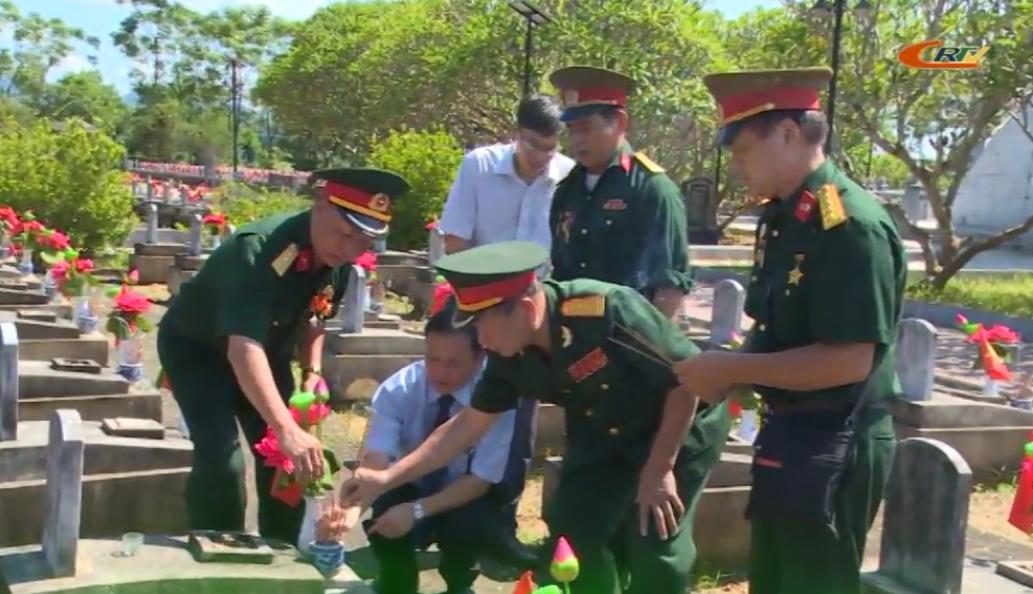 Thăm viếng Nghĩa trang Liệt sỹ Việt - Lào