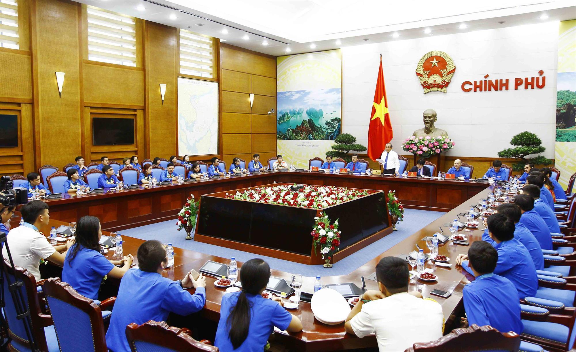 Phó Thủ tướng Thường trực gặp mặt cán bộ, công chức, viên chức trẻ giỏi