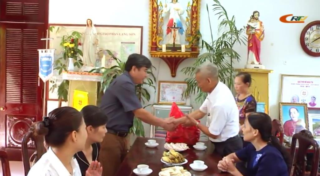 Thành phố: Tặng quà cơ sở tôn giáo và gia đình giáo dân, dân tộc thiểu số tiêu biểu