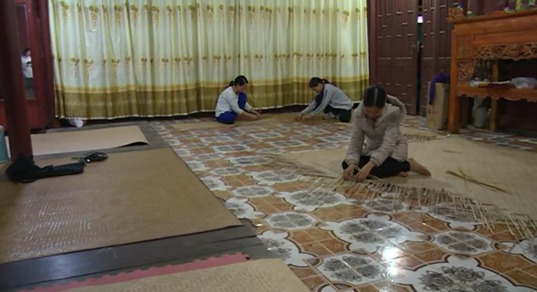 Độc đáo nghề đan chiếu cót ở Minh Khai