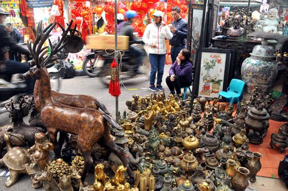 Năm Tuất ngắm biểu tượng chó ở chợ phiên đồ cổ