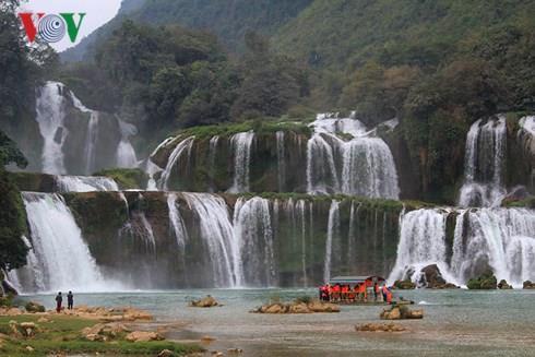 Nhà sàn đá, điểm dừng chân hút khách ở thác Bản Giốc