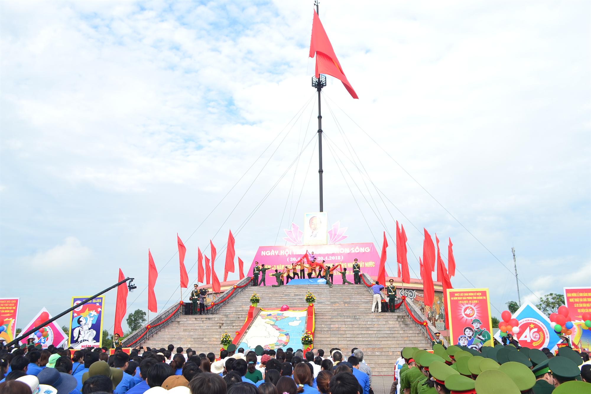 Lễ Thượng cờ Ngày hội thống nhất tại Đôi bờ Hiền Lương-Bến Hải