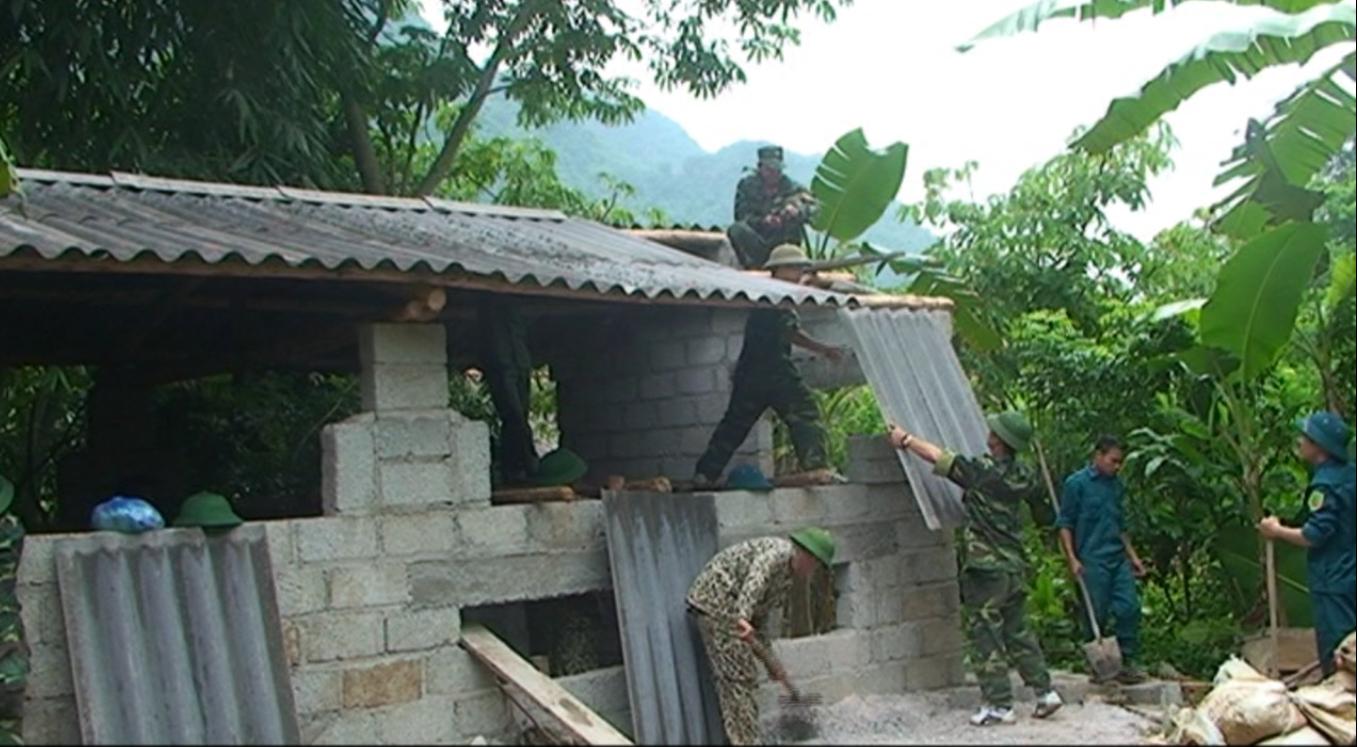 Hạ Lang: Ban Chỉ huy Quân sự huyện giúp dân di dời chuồng trại ra khỏi gầm sàn nhà ở