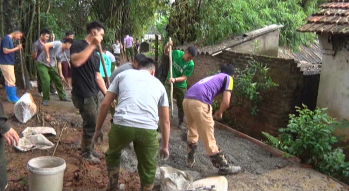 Hòa An: Công an huyện giúp dân làm đường nông thôn