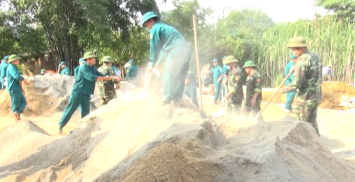 Phục Hòa: Lực lượng tự vệ khối cơ quan, doanh nghiệp xây dựng sân nhà văn hóa xóm Bó Luông, xã Đại Sơn