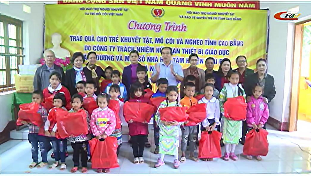 Hội Bảo trợ người khuyết tật và trẻ mồ côi Việt Nam tặng quà học sinh trường Tiểu học Nà Sác (Hà Quảng)