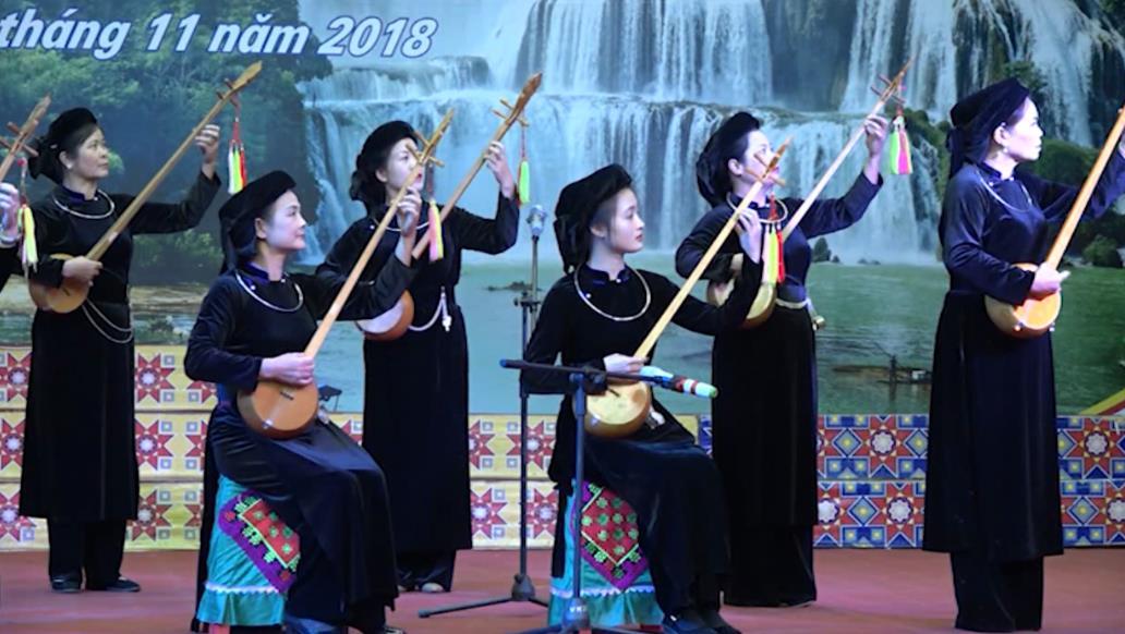 Tổng duyệt chương trình nghệ thuật và trình diễn trang phục dân tộc của đoàn Cao Bằng