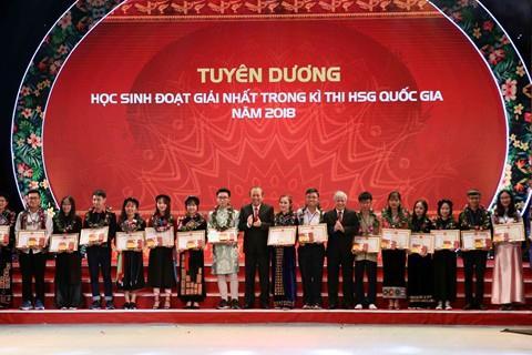 Phó Thủ tướng Thường trực dự lễ tuyên dương học HSSV dân tộc thiểu số xuất sắc