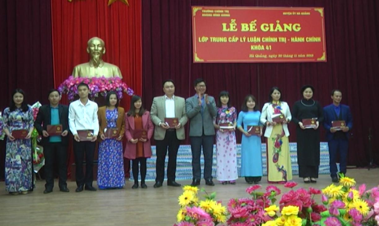 Hà Quảng: Bế giảng lớp Trung cấp lý luận chính trị - hành chính khóa 41