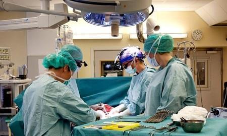 Em bé đầu tiên ra đời từ người mẹ được ghép tử cung của người đã chết