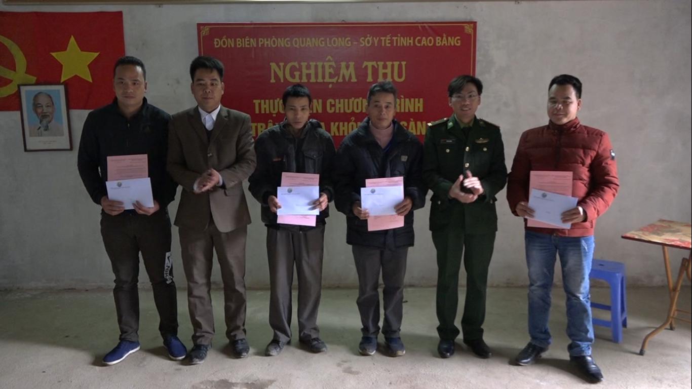 Hạ Lang: Đồn Biên phòng Quang Long hỗ trợ 12 triệu đồng di dời trâu bò ra khỏi gầm sàn nhà ở