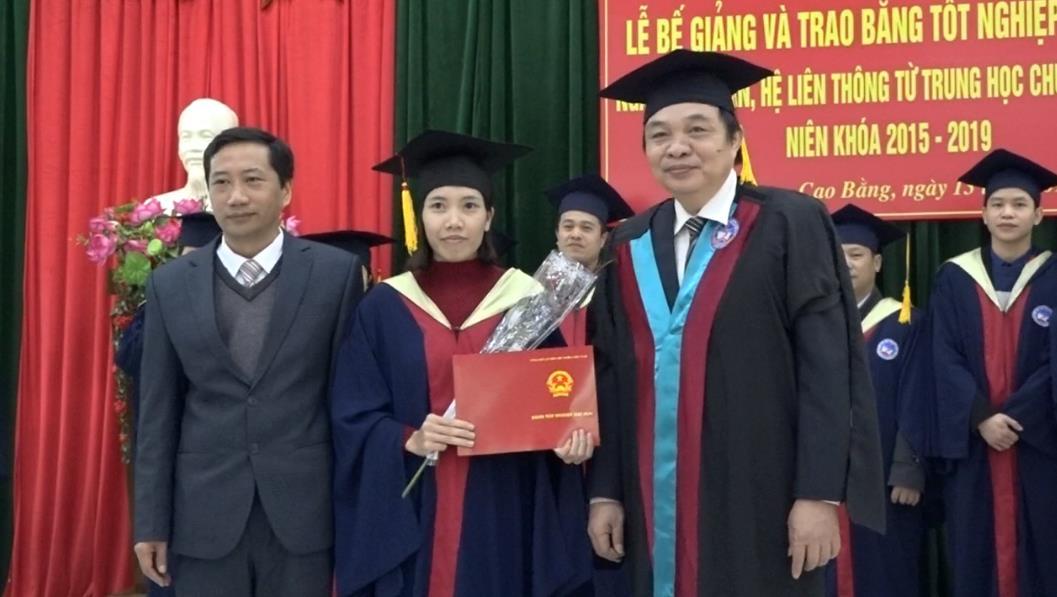 Trung tâm GDTX tỉnh: Bế giảng và trao bằng tốt nghiệp đại học liên thông ngành kế toán khoá 6