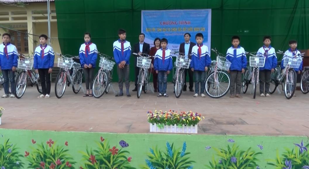 Giao lưu, tặng quà và khám, tư vấn sức khỏe cho nhân dân xã Lương Can (Thông Nông)