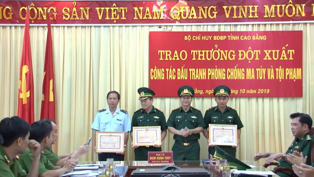 Trao thưởng đột xuất các đơn vị trong đấu tranh phòng, chống ma túy và tội phạm
