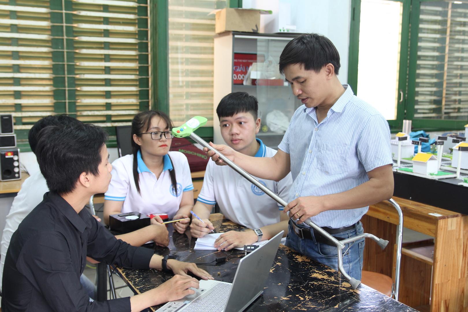 Sinh viên chế tạo gậy thông minh hỗ trợ người già