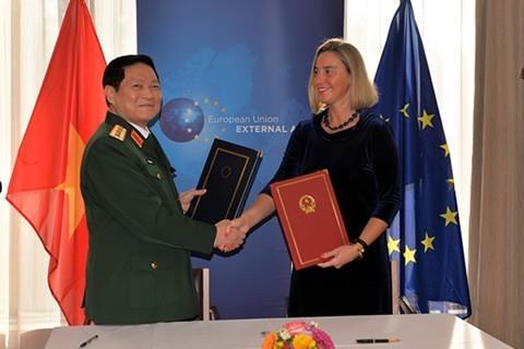 Việt Nam và EU ký Hiệp định về hợp tác quốc phòng