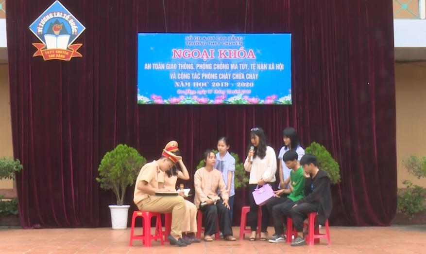 Trường THPT Chuyên tỉnh: Ngoại khoá tuyên truyền Luật Giao thông đường bộ, phòng chống ma tuý