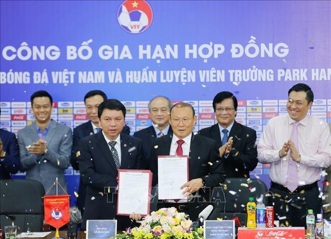 Ông Park Hang-seo tiếp tục dẫn dắt các đội tuyển bóng đá Việt Nam