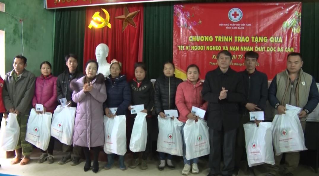 Chủ tịch UBND tỉnh Hoàng Xuân Ánh tặng quà, chúc tết tại xã Thụy Hùng (Thạch An)