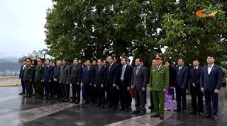 Đoàn đại biểu tỉnh viếng Đài liệt sĩ và dâng hoa Tượng đài Chủ tịch Hồ Chí Minh