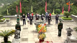 Đoàn đại biểu tỉnh dâng hương, dâng hoa Đền thờ Chủ tịch Hồ Chí Minh và Di tích lịch sử Nặm Lìn