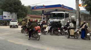 Bảo Lạc: Người dân đổ xô đi mua xăng dầu để dự trữ