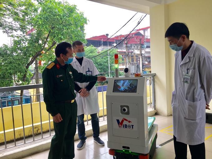 Chế tạo thành công robot vận chuyển trong khu vực cách ly