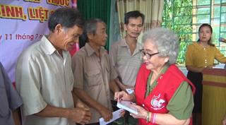 Chi Hội Tán trợ Chữ Thập đỏ Thăng Long, TP Hà Nội và Hội Thiện nguyện Nha Công an TW tặng quà, khám bệnh tại xã Hồng Việt, huyện Hòa An