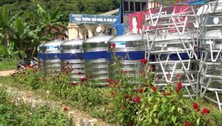 Trao tặng 50 téc nước inox cho người dân huyện Hà Quảng