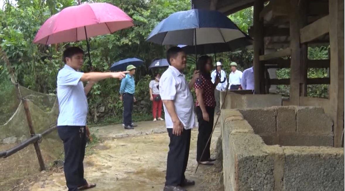 Ủy ban Mặt trận Tổ quốc tỉnh giám sát việc hỗ trợ kinh phí trong việc di dời chuồng trại ra khỏi gầm sàn nhà ở tại xã Lê Lai, huyện Thạch An
